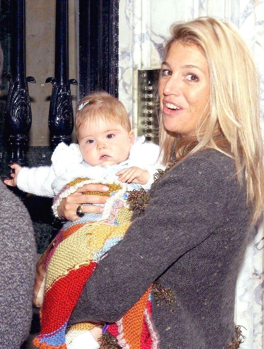 La princesse Catharina-Amalia dans les bras de sa mère Maxima en Argentine en août 2004