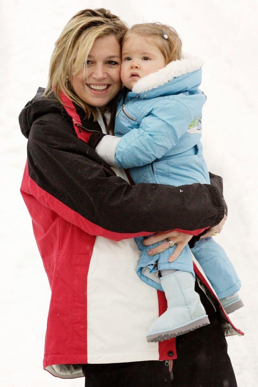 La princesse Catharina-Amalia dans les bras de sa mère Maxima, en vacances de ski en Autriche en février 2005