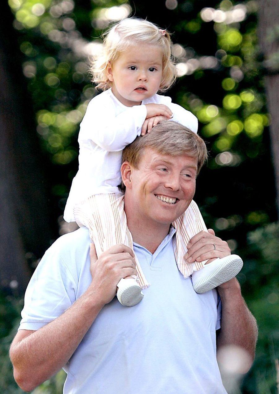 La princesse Catharina-Amalia sur les épaules de son père en juillet 2005