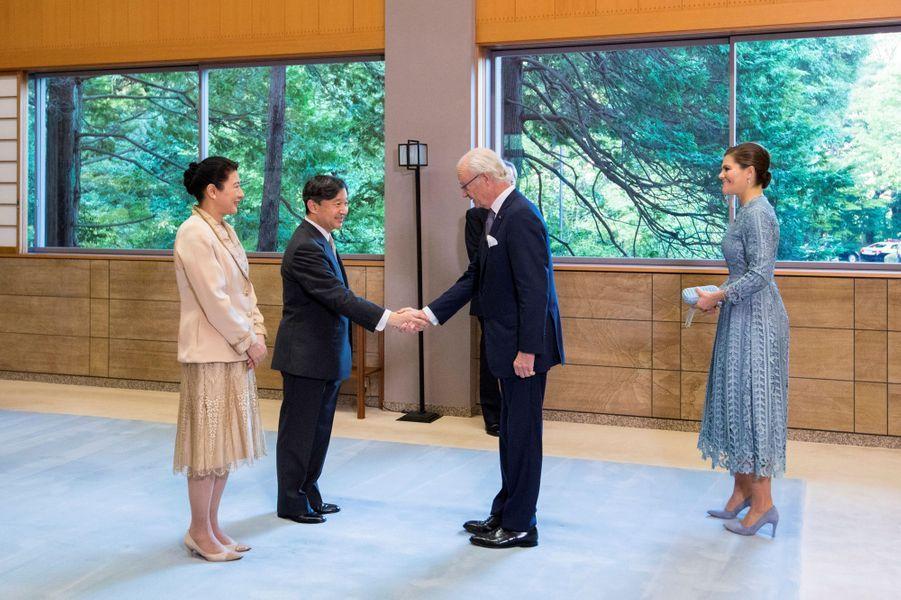L'empereur Naruhito et l'impératrice Masako du Japon reçoivent la princesse héritière Victoria et le roi Carl XVI Gustaf de Suède à Tokyo, le 23 octobre 2019