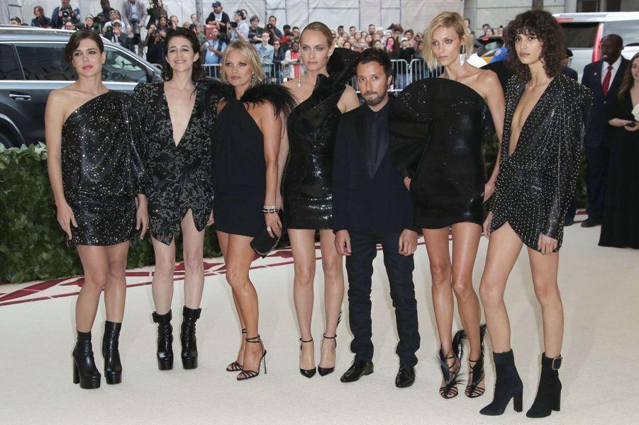 Charlotte Casiraghi, avec Charlotte Gainsbourg, Kate Moss, Amber Valletta, Anthony Vaccarello, Anja Rubik et Mica Arganaraz, au Met Gala à New York le 7 mai 2018