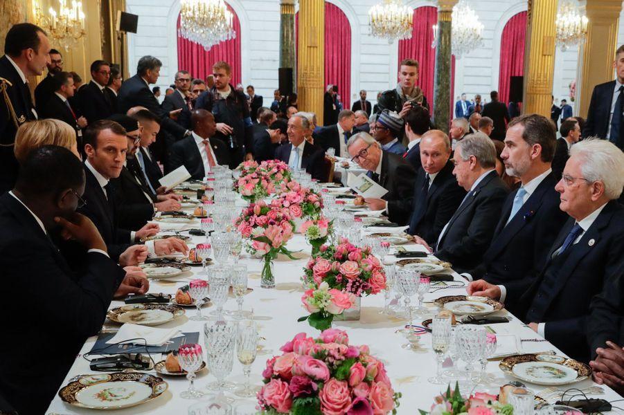 Le roi Felipe VI d'Espagne, le roi du Maroc Mohammed VI et son fils au déjeuner à l'Elysée, le 11 novembre 2018