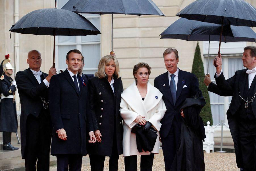 La grande-duchesse Maria Teresa et le grand-duc Henri de Luxembourg avec Brigitte et Emmanuel Macron à Paris, le 11 novembre 2018