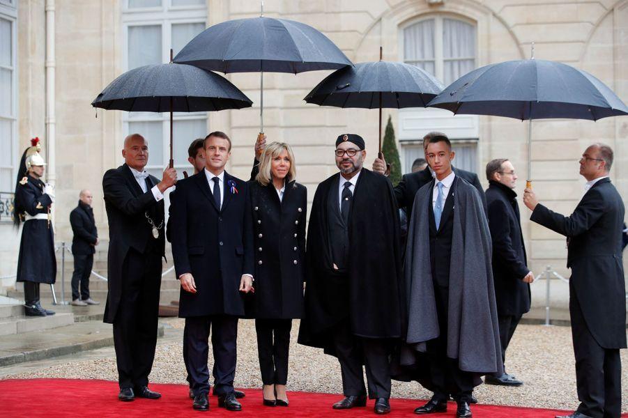 Le roi du Maroc Mohammed VI et son fils le prince Moulay El Hassan avec Emmanuel et Brigitte Macron à Paris, le 11 novembre 2018