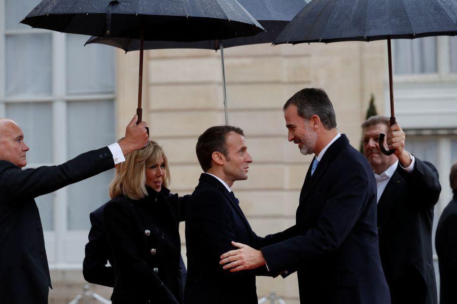 Le roi Felipe VI d'Espagne avec Brigitte et Emmanuel Macron à Paris, le 11 novembre 2018