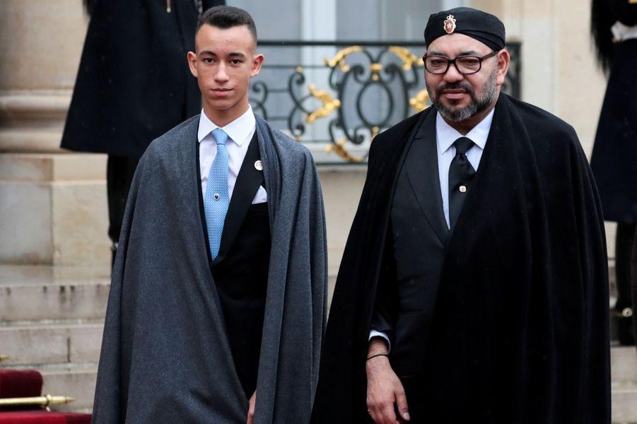 Le roi du Maroc Mohammed VI et son fils le prince Moulay El Hassan à Paris, le 11 novembre 2018