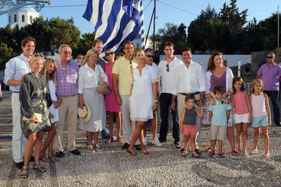 L'ex-roi des Hellènes Constantin II et l'ex-reine Anne-Marie avec leurs enfants, les conjoints de ceux-ci et leurs petits-enfants, le 24 août 2010