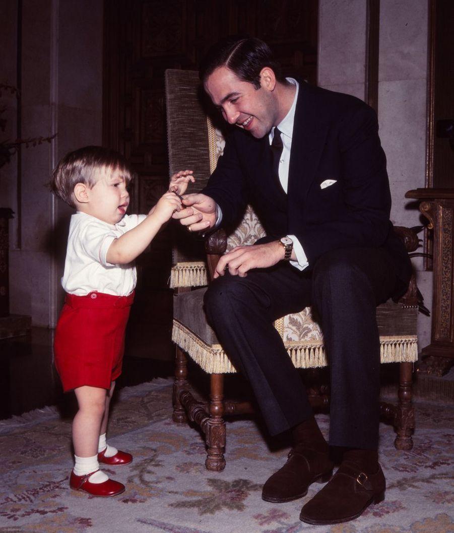 Le roi des Hellènes Constantin II avec son fils aîné le prince Pavlos, en 1968