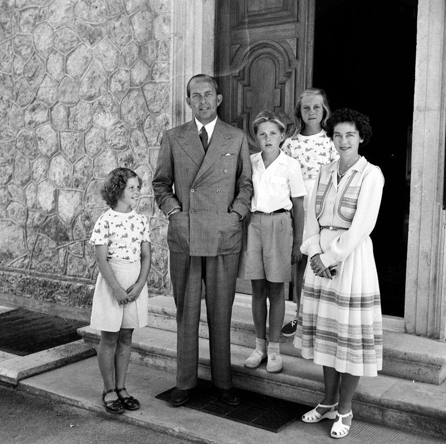 Le prince Constantin de Grèce avec ses soeurs les princesses Sophie et Irene et leurs parents le roi Paul Ier et la reine Frederika, vers 1950