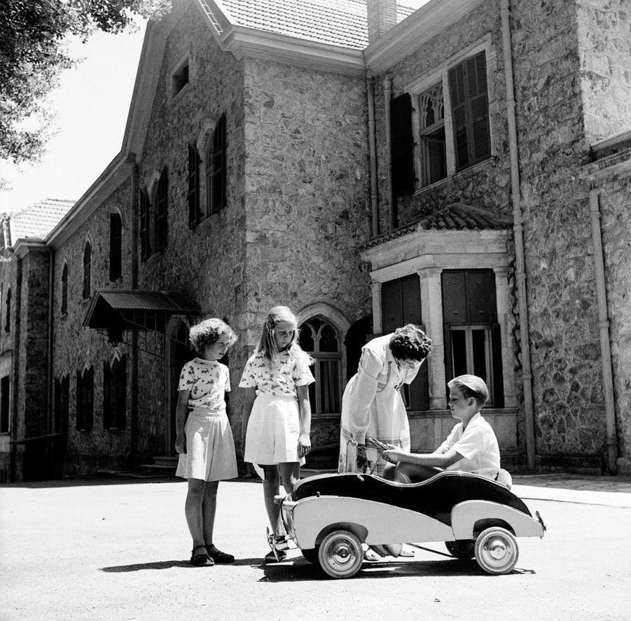 Le prince Constantin de Grèce avec ses soeurs les princesses Sophie et Irene et leur mère la reine Frederika, vers 1950
