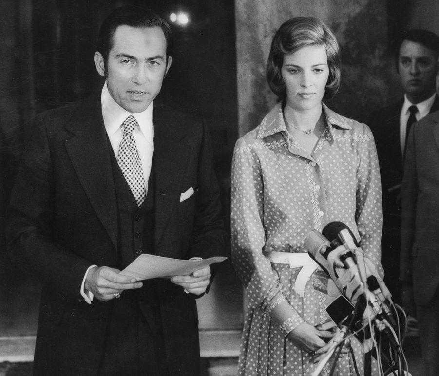 Le roi des Hellènes Constantin II avec la reine Anne-Marie, après sa destitution, à Rome le 4 juin 1973