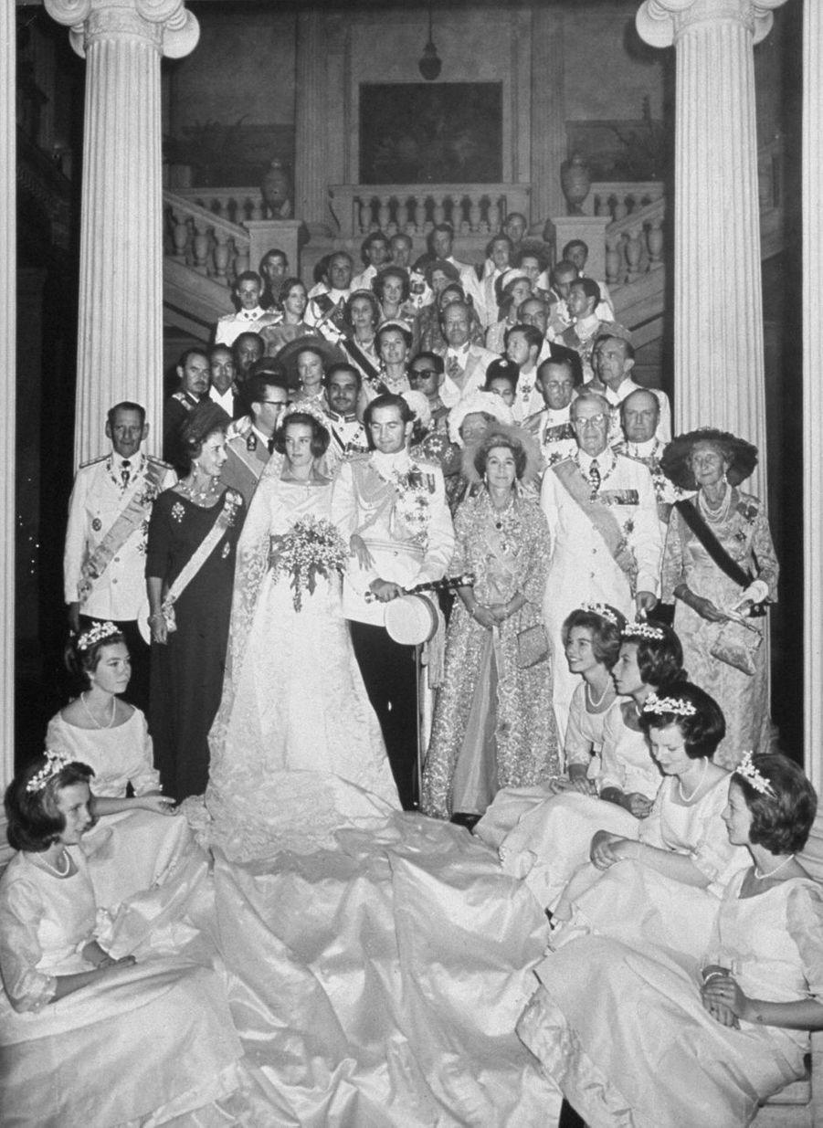 Le roi des Hellènes Constantin II et la princesse Anne-Marie de Danemark avec leurs familles, le jour de leur mariage, le 21 septembre 1964
