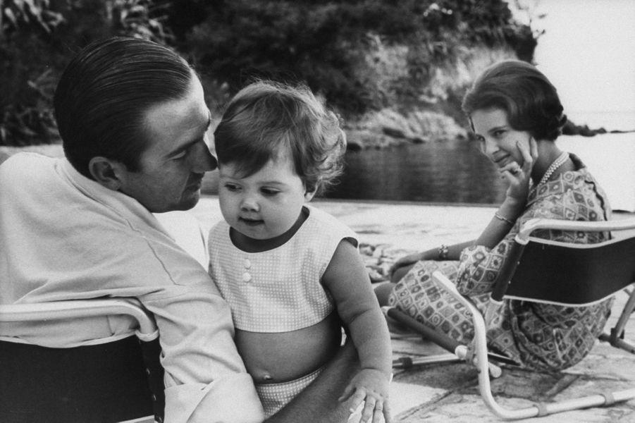 Le roi des Hellènes Constantin II et la reine Anne-Marie avec leur fille aînée la princesse Alexia, en 1966