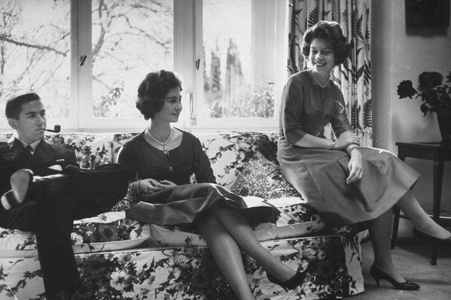 Le prince Constantin de Grèce avec ses soeurs les princesses Sophie et Irene, en 1959