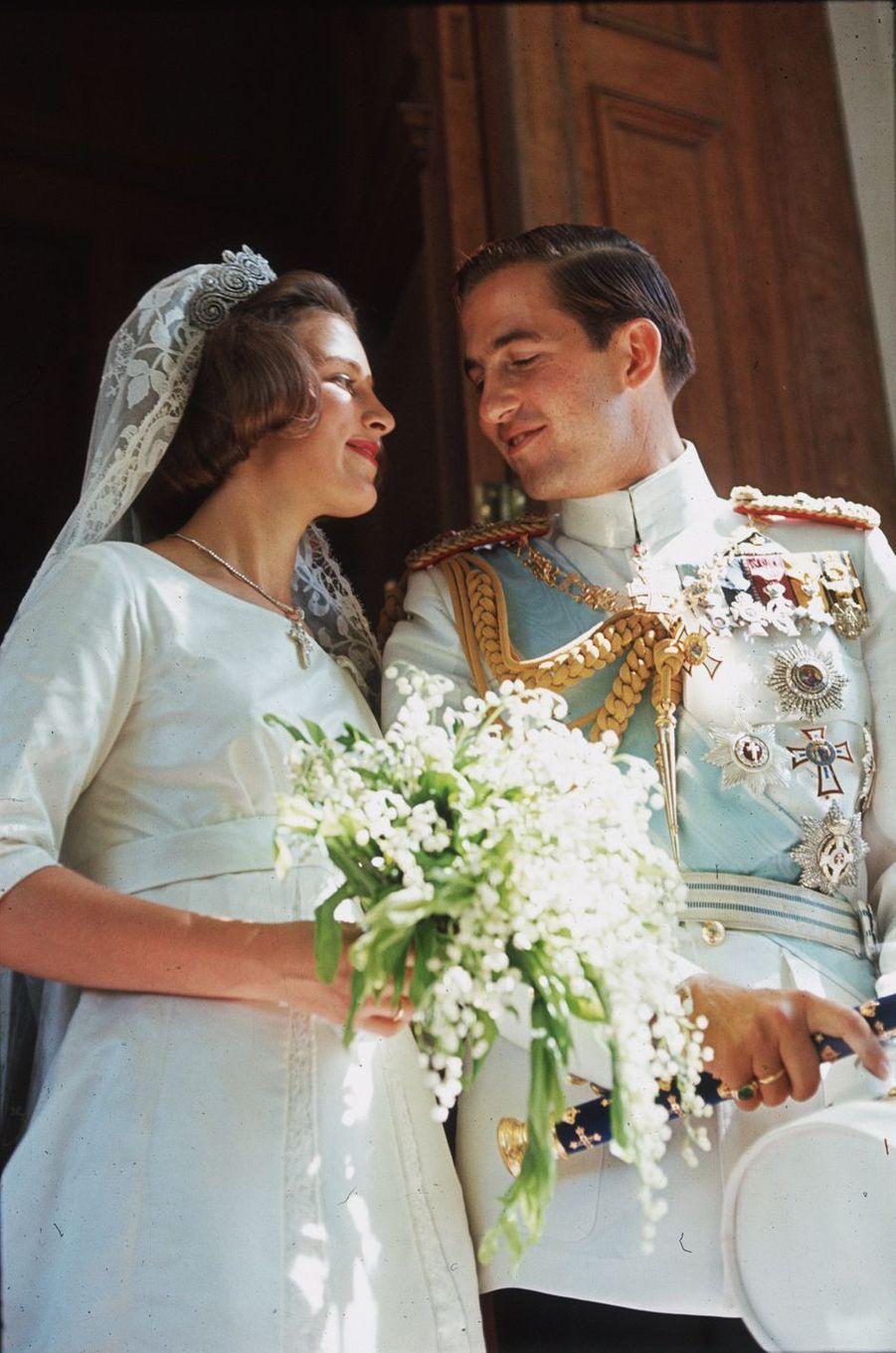 Le roi des Hellènes Constantin II et la princesse Anne-Marie de Danemark, le jour de leur mariage, le 21 septembre 1964