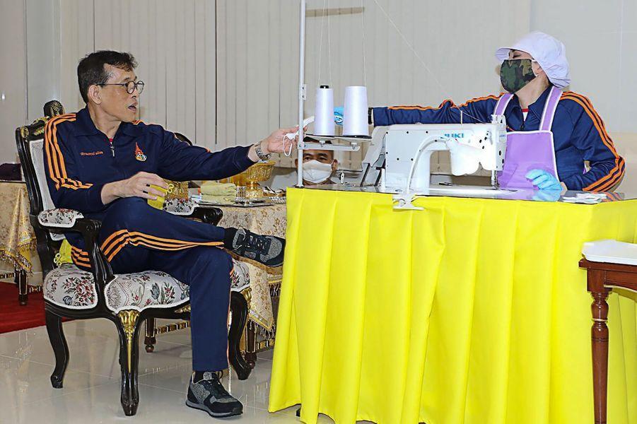 La reine Suthida et le roi de Thaïlande Maha Vajiralongkorn (Rama X), à Bangkok. Photo diffusée le 1er mai 2020