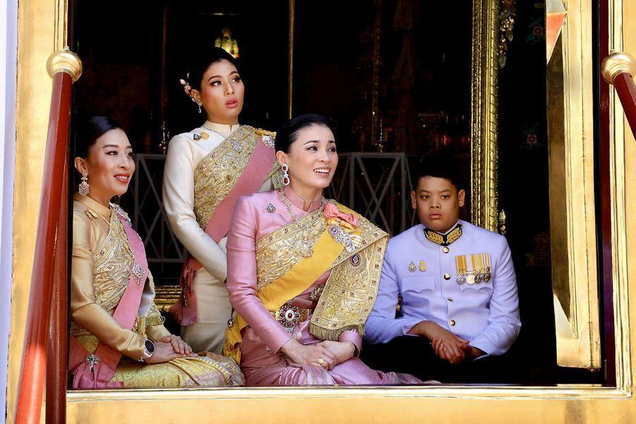 La reine Suthida de Thaïlande (au centre) avec les princessesBajrakitiyabha et Sirivannavari Nariratana et le prince Dipangkorn à Bangkok, le 4 mai 2019