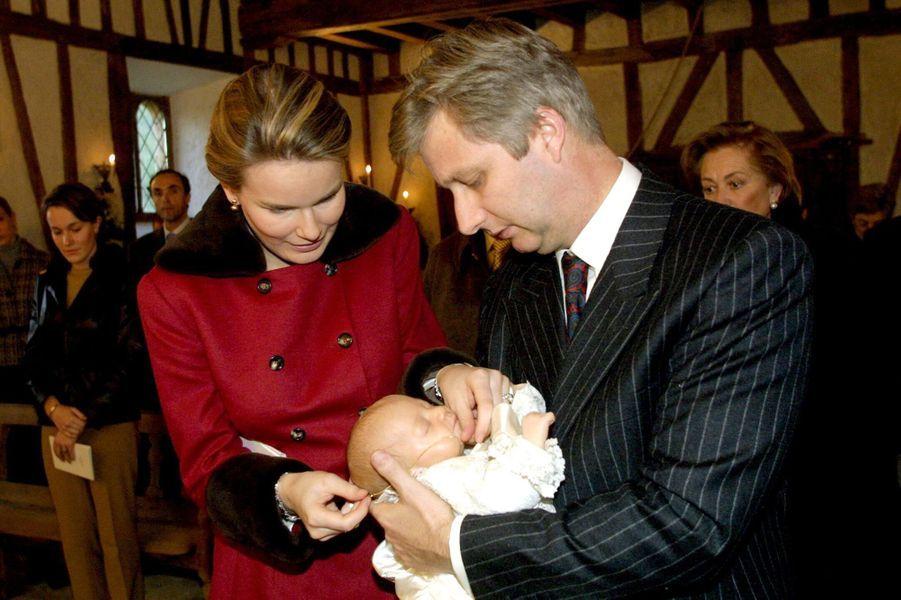 La princesse Elisabeth de Belgique, le 9 décembre 2001, jour de son baptême, avec ses parents le prince Philippe et la princesse Mathilde