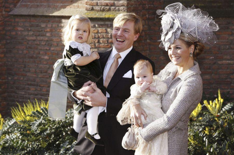 La princesse Alexia des Pays-Bas, le 19 novembre 2005, jour de son baptême, avec ses parents le prince Willem-Alexander et la princesse Maxima, et sa soeur la princesse Catharina-Amalia