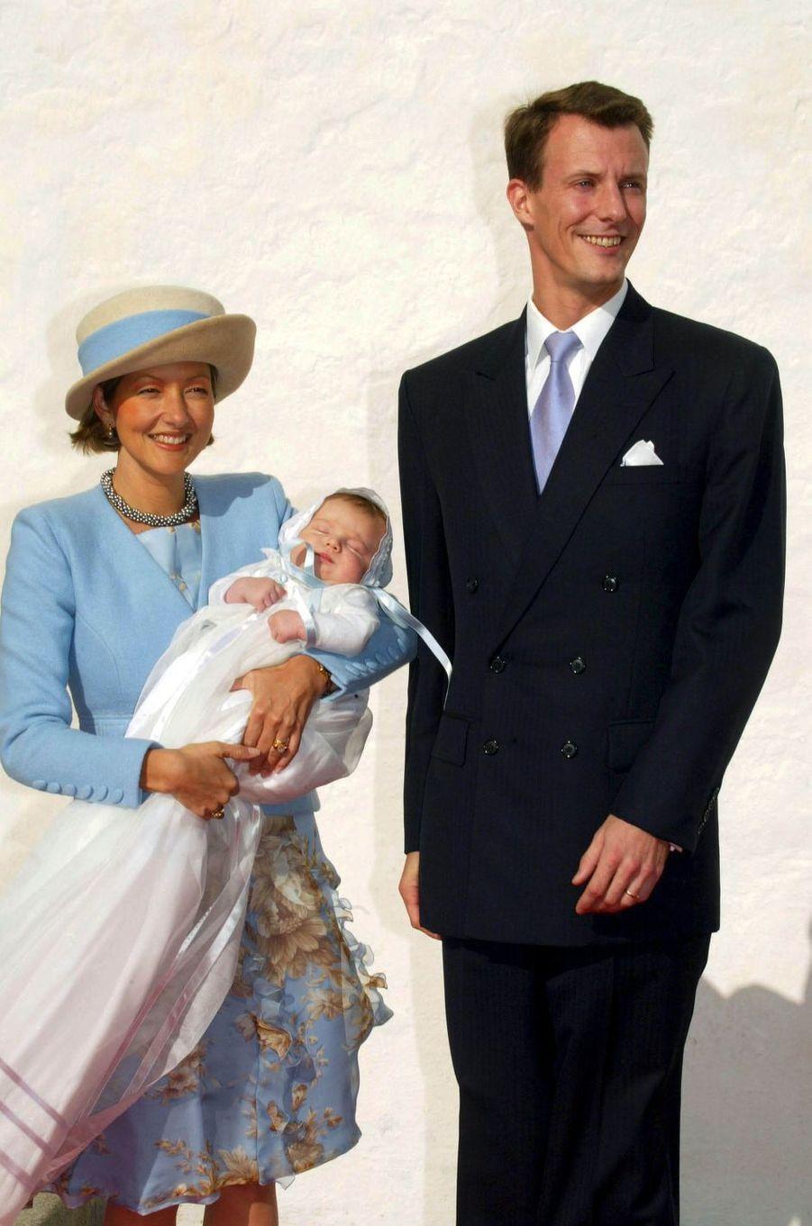 Le prince Félix de Danemark, le 4 octobre 2002, jour de son baptême, avec ses parents le prince Joachim et la princesse Alexandra