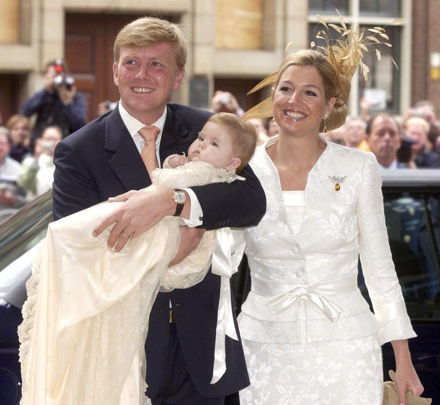 La princesse Catharina-Amalia des Pays-Bas, le 12 juin 2004, jour de son baptême, avec ses parents le prince Willem-Alexander et la princesse Maxima