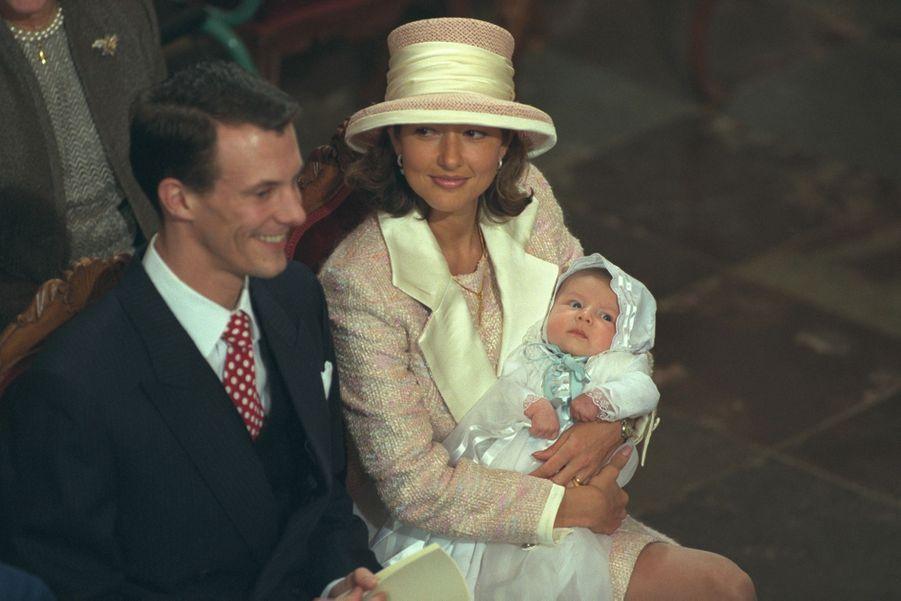 Le prince Nikolai de Danemark, le 6 novembre 1999, jour de son baptême, avec ses parents le prince Joachim et la princesse Alexandra