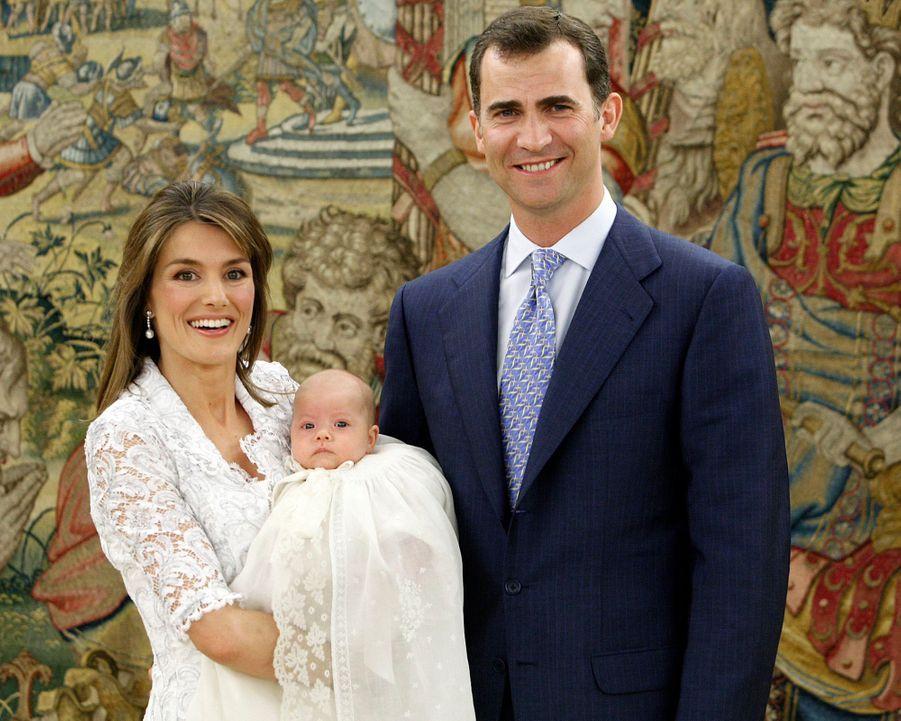 La princesse Sofia d'Espagne, le 15 juillet 2007, jour de son baptême, avec ses parents le prince Felipe et la princesse Letizia