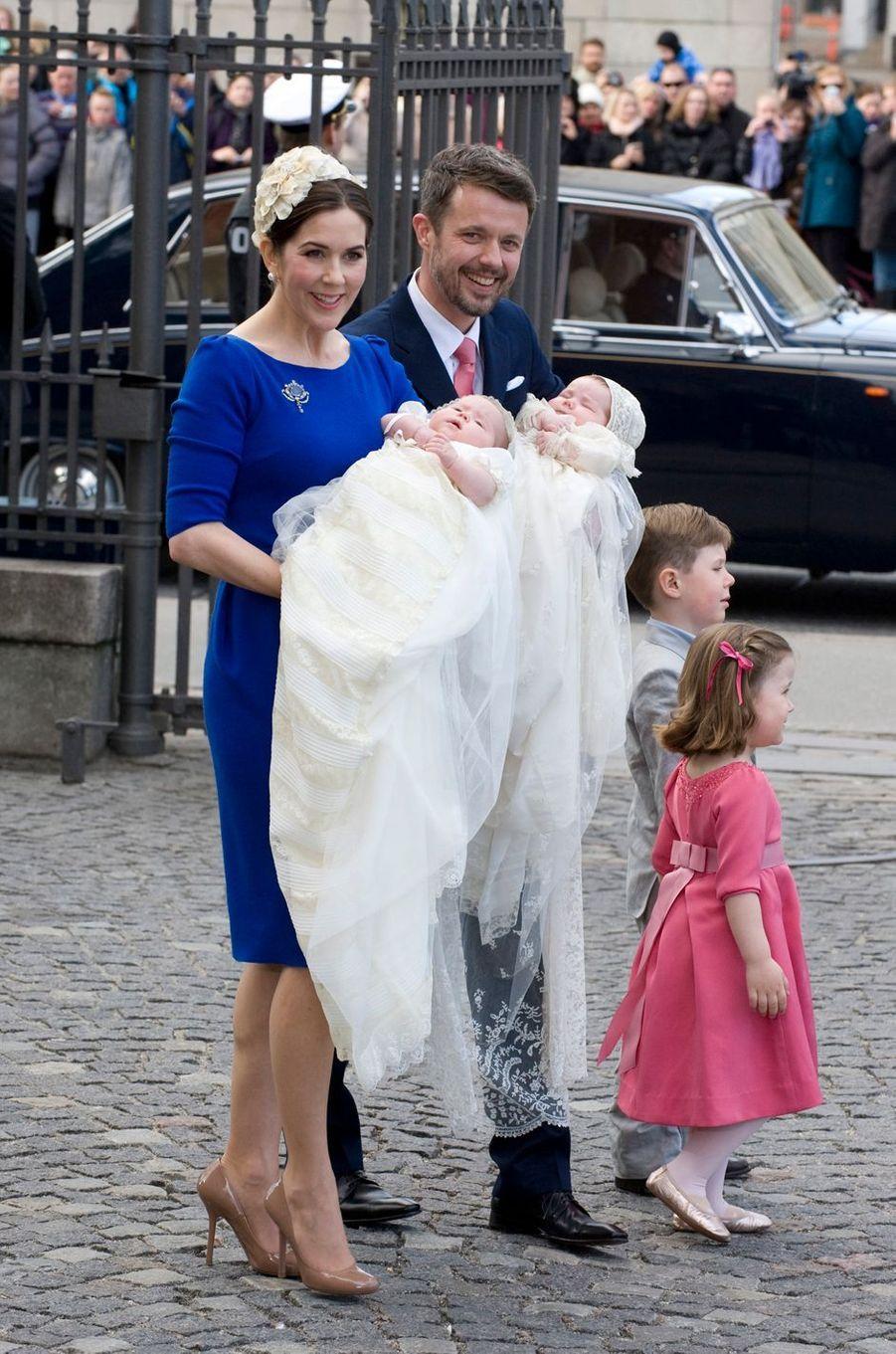 La princesse Josephine et le prince Vincent de Danemark, le 14 avril 2011, jour de leur baptême, avec leurs parents le prince héritier Frederik et la princesse Mary, leur frère le prince Christian et leur soeur la princesse Isabella