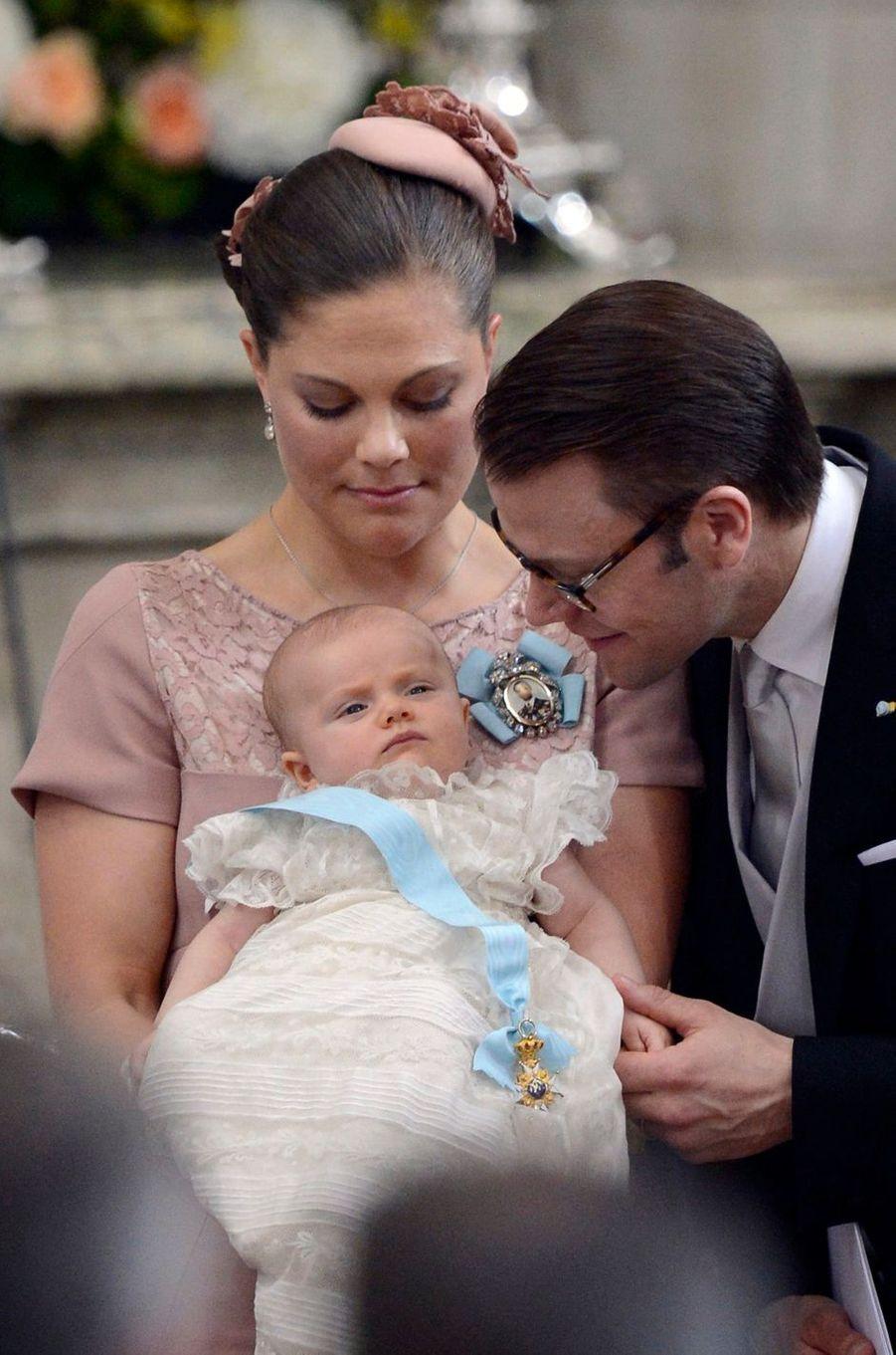 La princesse Estelle de Suède, le 22 mai 2012, jour de son baptême, avec ses parents la princesse héritière Victoria et le prince Daniel
