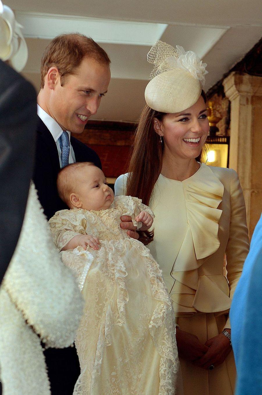 Le prince George de Cambridge, le 23 octobre 2013, jour de son baptême, avec ses parents le prince William et Kate Middleton