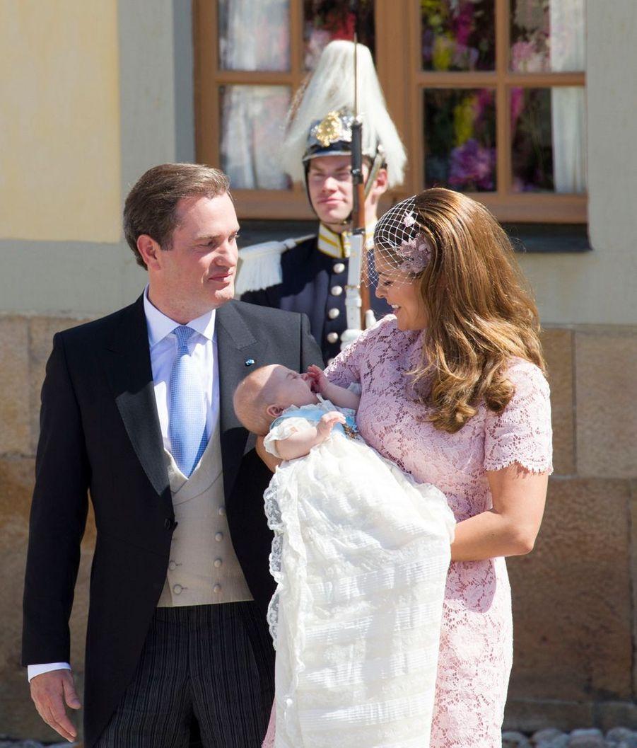 La princesse Leonore de Suède, le 8 juin 2014, jour de son baptême, avec ses parents la princesse Madeleine et Christopher O'Neill