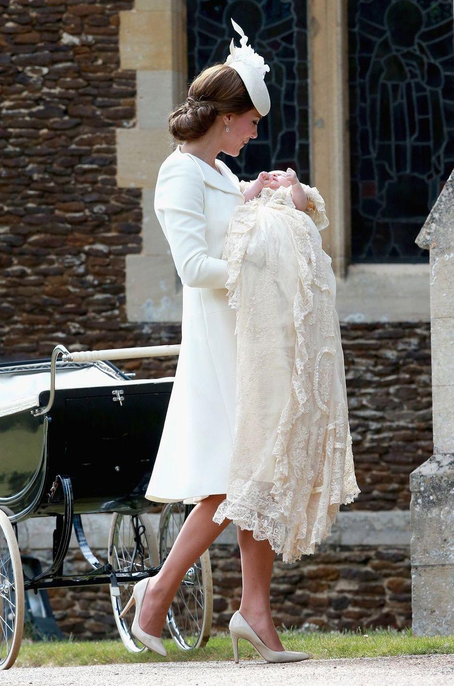 La princesse Charlotte de Cambridge, le 5 juillet 2015, jour de son baptême, avec sa mère Kate Middleton