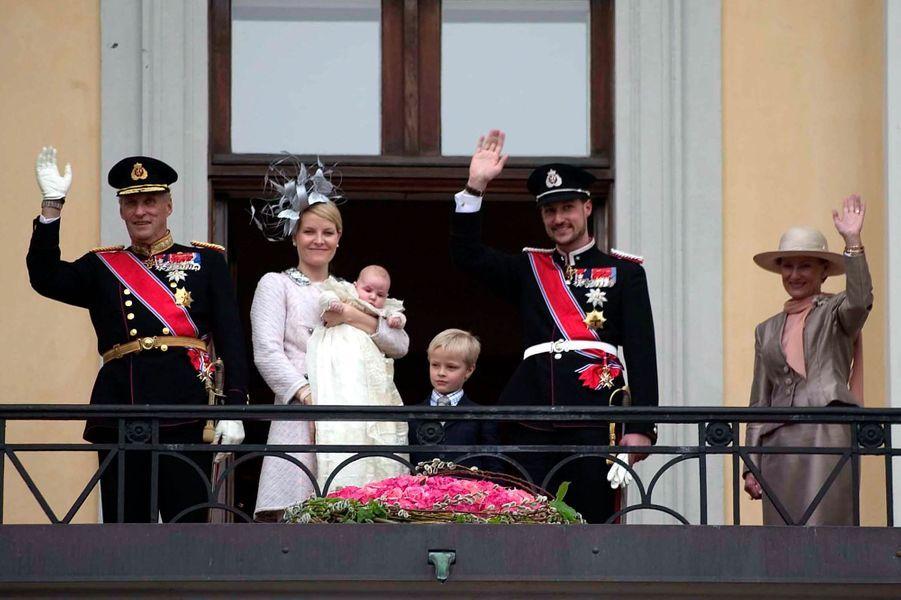 La princesse Ingrid Alexandra de Norvège, le 17 avril 2004, jour de son baptême, avec ses parents le prince Haakon et la princesse Mette-Marit, ses grands-parents le roi Harald V et la reine Sonja et son demi-frère Marius Borg Hoiby
