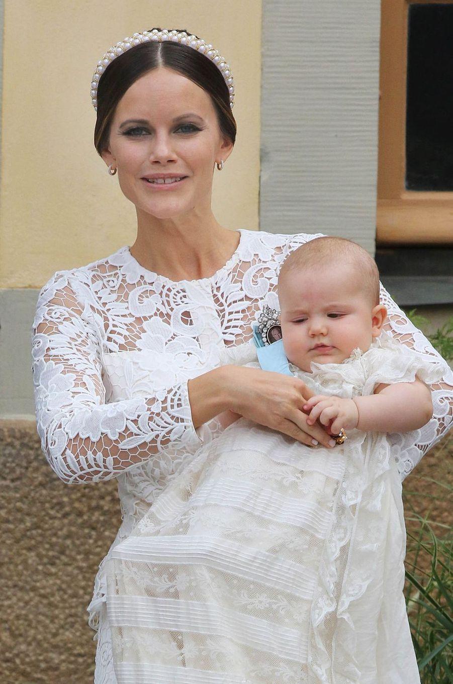 Le prince Alexander de Suède, le 9 septembre 2016, jour de son baptême, avec sa mère la princesse Sofia