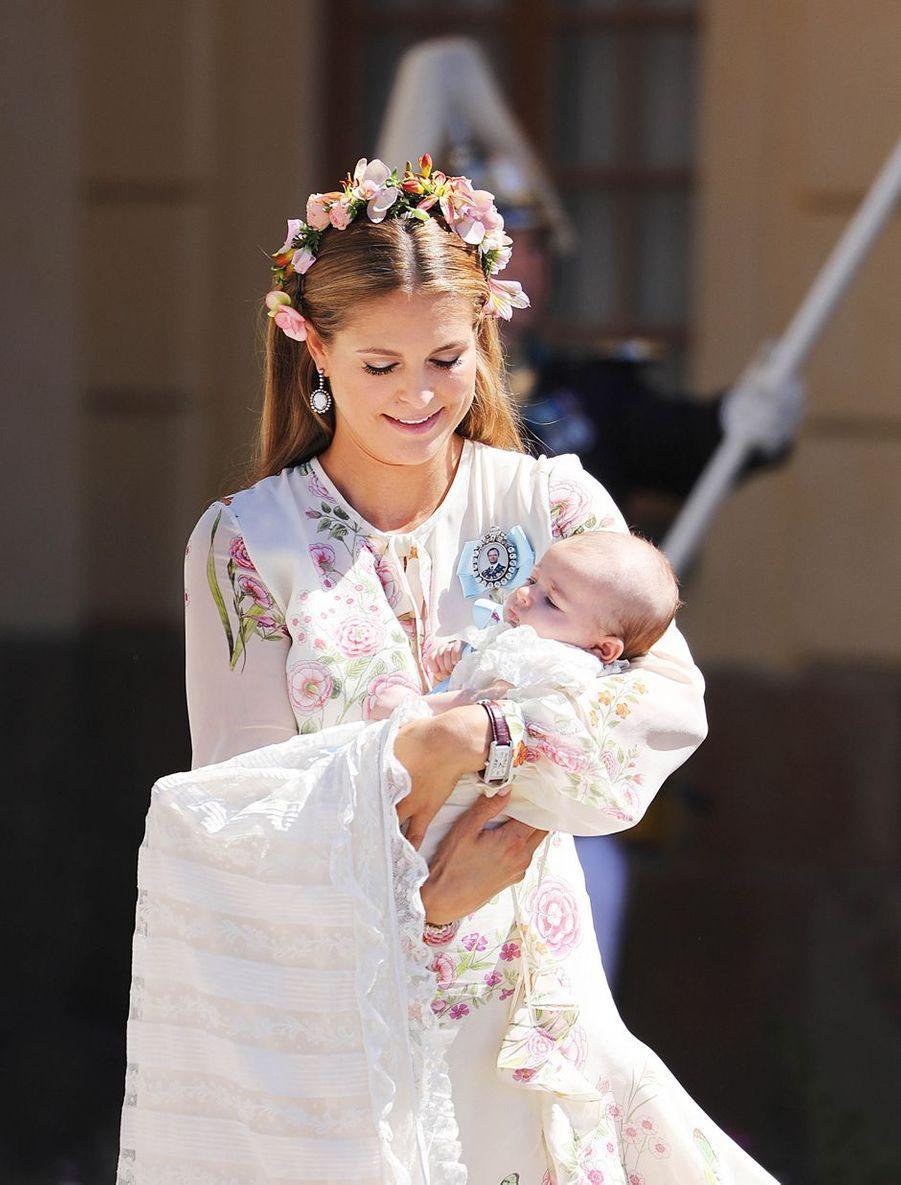 La princesse Adrienne de Suède, le 8 juin 2018, jour de son baptême, avec sa mère la princesse Madeleine