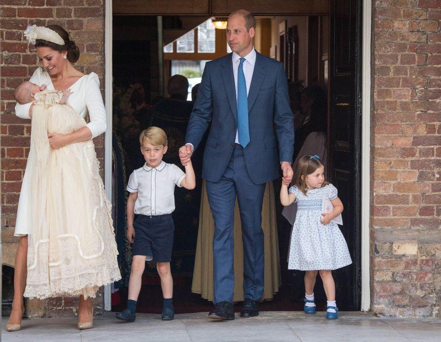 Le prince Louis de Cambridge, le 9 juillet 2018, jour de son baptême, avec ses parents le prince William et Kate Middleton, son frère le prince George et sa soeur la princesse Charlotte