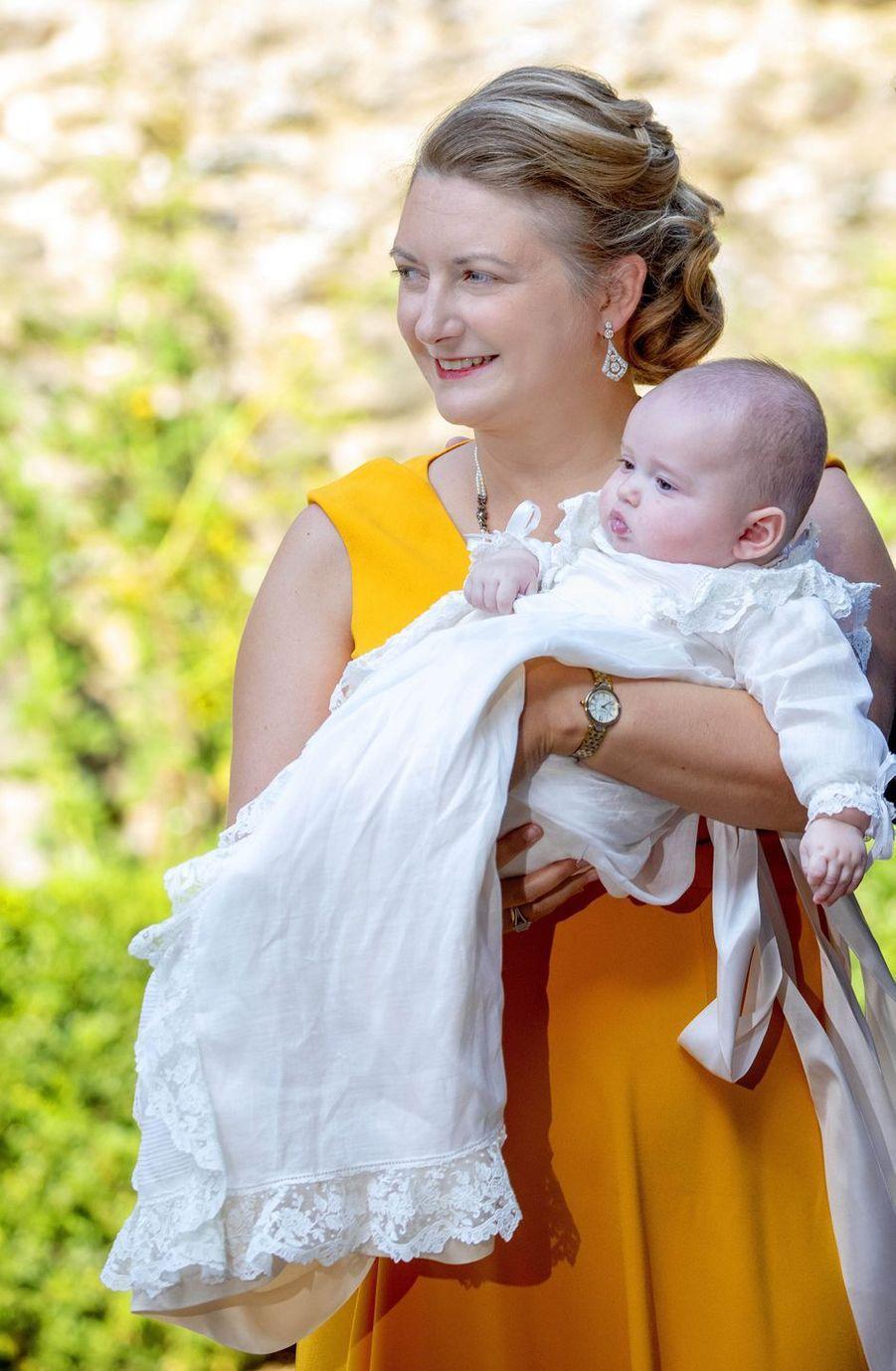 Le prince Charles de Luxembourg, le 19 septembre 2020, jour de son baptême, avec sa mère la princesse Stéphanie