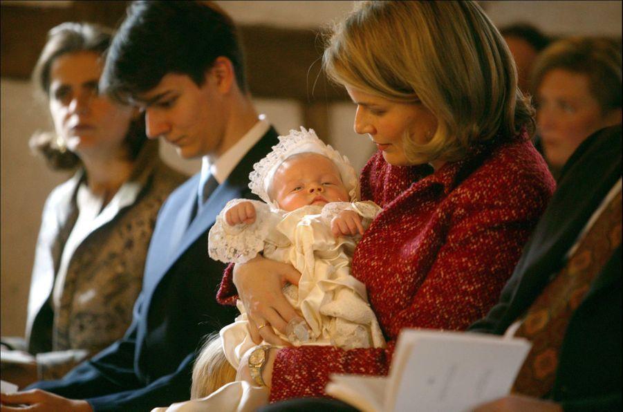 Le prince Gabriel de Belgique, le 25 octobre 2003, jour de son baptême, avec sa mère la princesse Mathilde