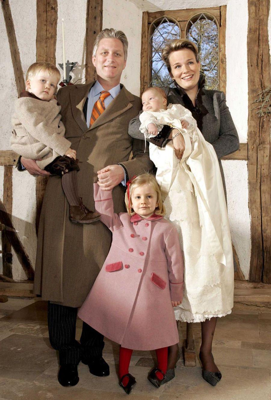Le prince Emmanuel de Belgique, le 10 décembre 2005, jour de son baptême, avec ses parents le prince Philippe et la princesse Mathilde, sa soeur la princesse Elisabeth et son frère le prince Gabriel