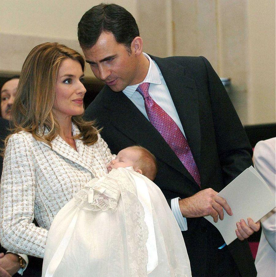 La princesse Leonor d'Espagne, le 14 janvier 2006, jour de son baptême, avec ses parents le prince Felipe et la princesse Letizia