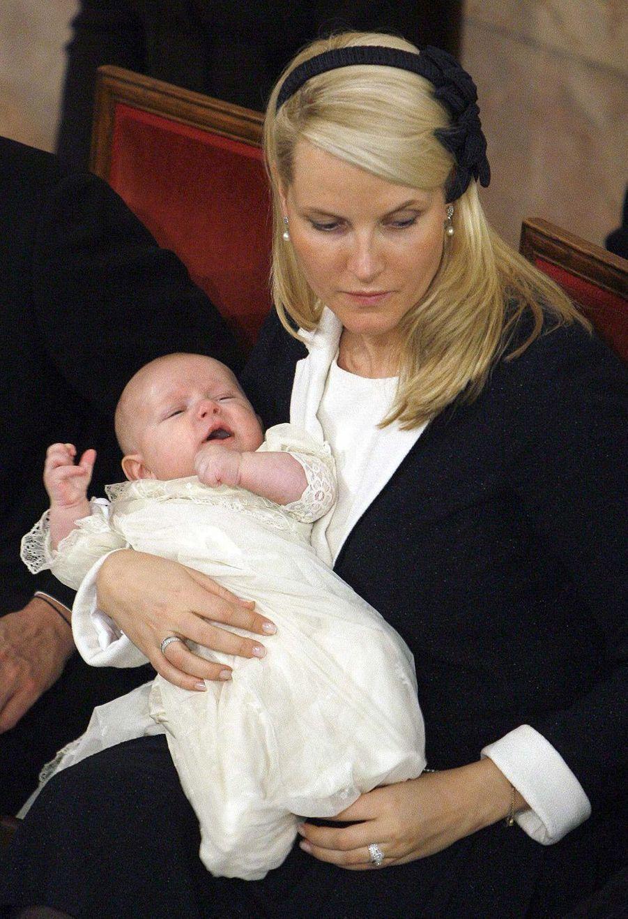 Le prince Sverre Magnus de Norvège, le 4 mars 2006, jour de son baptême, avec sa mère la princesse Mette-Marit