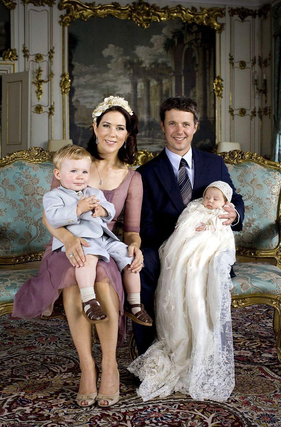 La princesse Isabella de Danemark, le 1er juillet 2007, jour de son baptême, avec ses parents le prince héritier Frederik et la princesse Mary et son frère le prince Christian