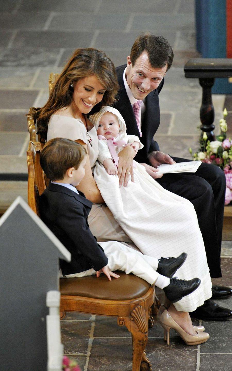 La princesse Athena de Danemark, le 20 mai 2012, jour de son baptême, avec ses parents le prince Joachim et la princesse Marie et son frère le prince Henrik