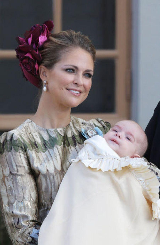 Le prince Nicolas de Suède, le 11 octobre 2015, jour de son baptême, avec sa mère la princesse Madeleine