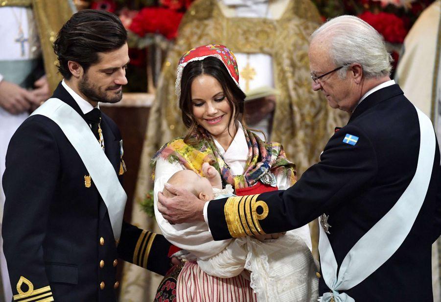 Le prince Gabriel de Suède, le 1er décembre 2017, jour de son baptême, avec ses parents le prince Carl Philip et la princesse Sofia et son grand-père le roi Carl XVI Gustaf
