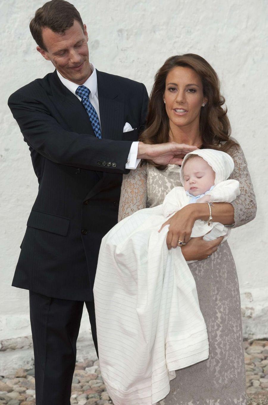 Le prince Henrik de Danemark, le 26 juillet 2009, jour de son baptême, avec ses parents le prince Joachim et la princesse Marie