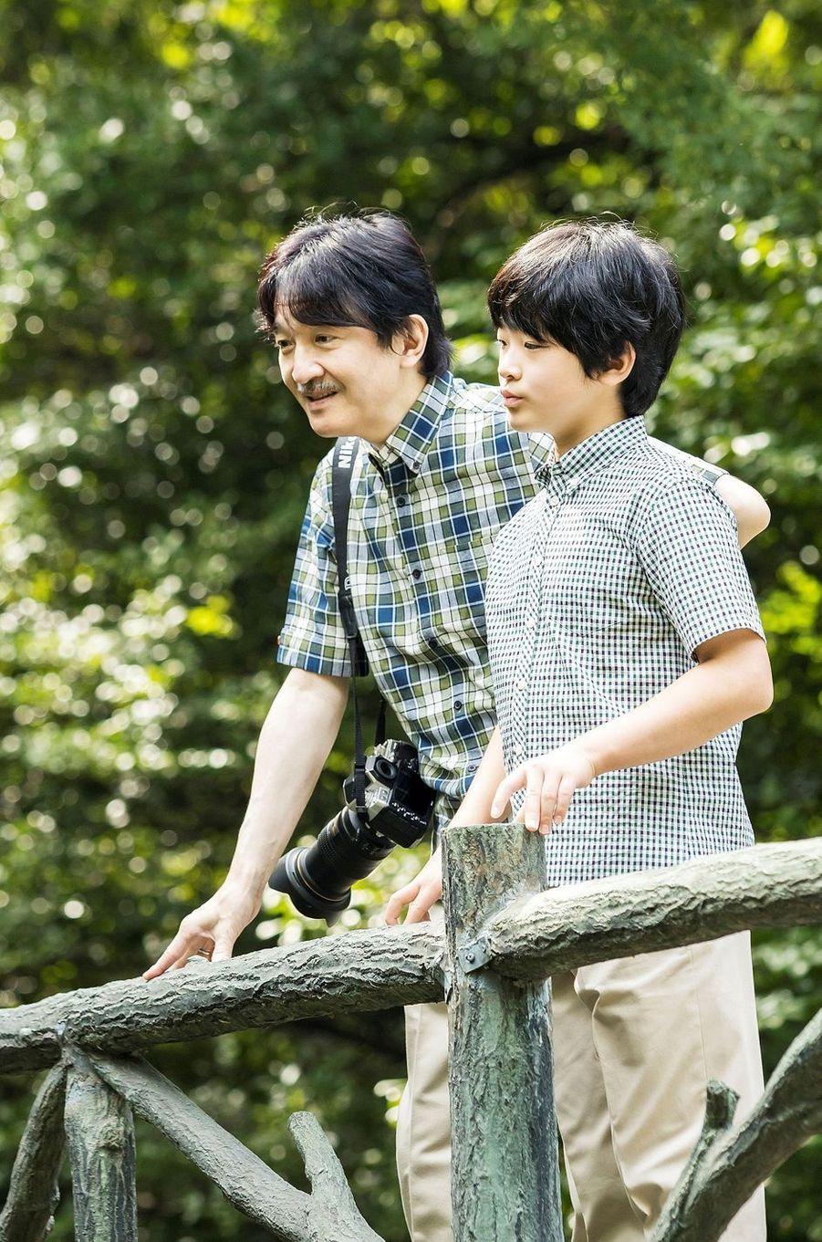 Le prince Hisahito du Japon avec son père, le prince héritier Fumihito d'Akishino à Tokyo, le 10 août 2020. Photo diffusée le 6 septembre 2020 pour ses 14 ans