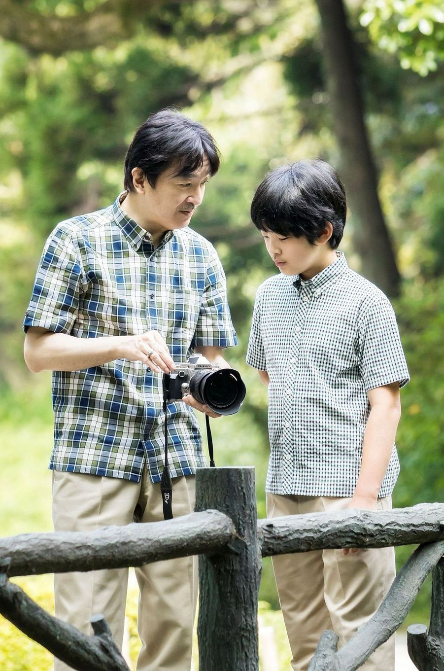 Les princes Hisahito et Fumihito d'Akishino du Japon, dans le jardin de leur résidence à Tokyo, le 10 août 2020. Photo diffusée le 6 septembre 2020 pour ses 14 ans