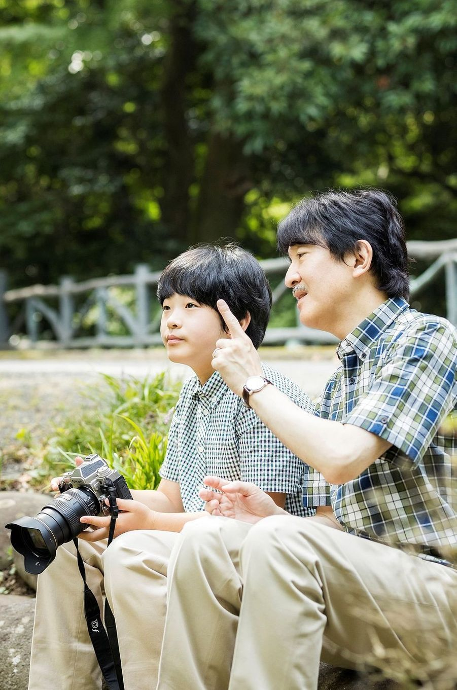 Le prince Hisahito du Japon et le prince héritier Fumihito d'Akishino, dans le jardin de leur résidence à Tokyo, le 10 août 2020. Photo diffusée le 6 septembre 2020 pour ses 14 ans