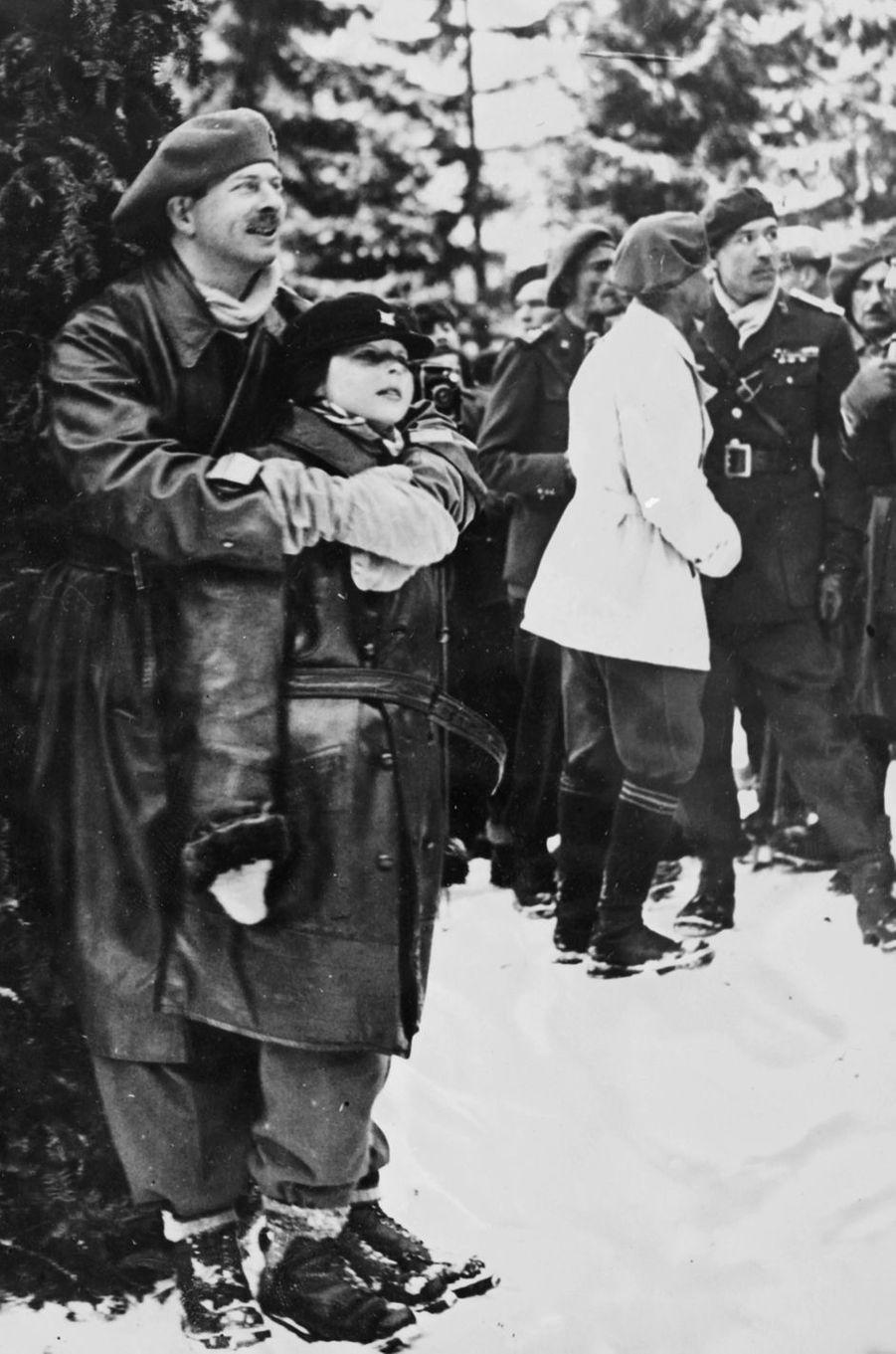 L'ex-roi Michel de Roumanie, avec son père le roi Carol II, le 4 février 1932 à Predeal